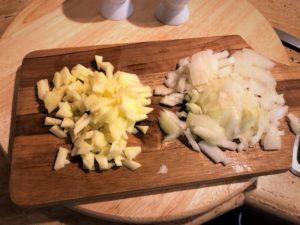 Apfel und Zwiebel in Würfel geschnitten-Griebenschmalz-Die Frau am Grill