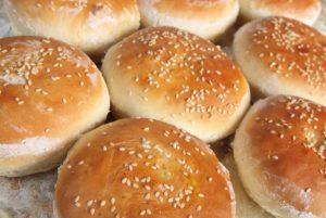 Burger Buns selber machen-Deposit-die frau am grill-web