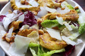 Caesar Salad mit Käse und Croutons
