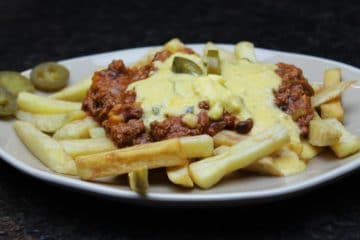 Chili Cheese Fries-Die Frau am Grill-Rezept-Chili con Carne-Pommes Frites-Käse Soße-Beitragsbild-web