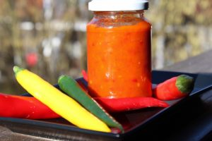 Chili Paste-Rezept-Die frau am Grill-chili im Glas-chili einwecken-web