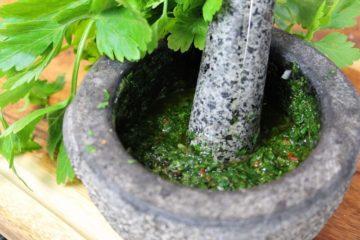 Chimichurri Rezept-Beitragsbild-die frau am grill-web