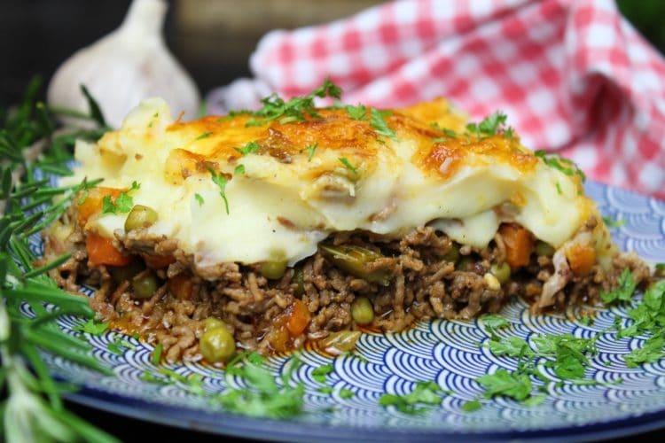 Cottage Pie auf Teller - die frau am grill