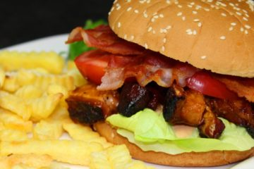 Pork Belly Burnt Ends Burger Rezept-Die frau am Grill