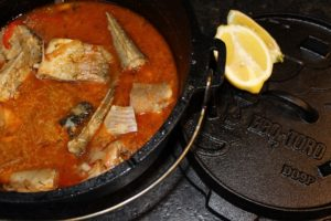 Fischsuppe Rezept-die frau am grill-dutch oven-süßwasser fische-zitrone-web