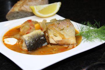 Fischsuppe Rezept-die frau am grill-tellerbild-süßwasser fische-baguette-zitrone-Beitragsbild-web