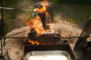 Flambadou - Rehbraten - Lagerfeuer - die frau am grill - carsten bothe