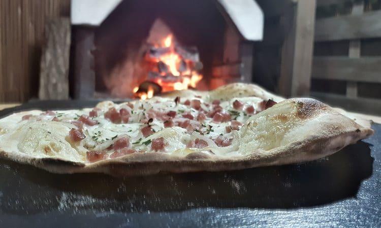 Flammkuchen-speck-die frau am grill-art of bbq-rezept-teig-Beitragsbild