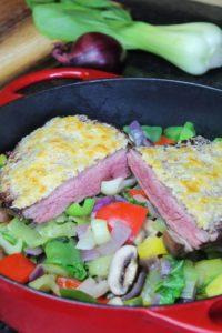 Flank Steak auf Gemuesebett - die frau am grill