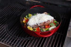 Flank Steak in Gemuesepfanne mit Kaese überbacken - die frau am grill