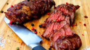 Flap Steak grillen-die frau am grill-rezept