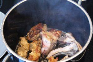 Fleischknochen im oel fuer Roestaromen anbraten - die frau am grill