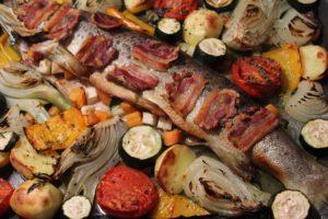 Forelle im Backofen-Butter Bauch Zwiebeln-Suppengemüse-Speck-die frau am grill-beitragsbild-web