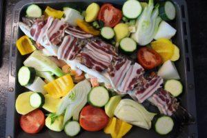 Forelle im Backofen-Butter Bauch Zwiebeln-Suppengemüse-Speck-die frau am grill-web