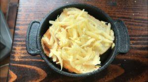 Toast mit Käse einsetzen-Die frau am grill