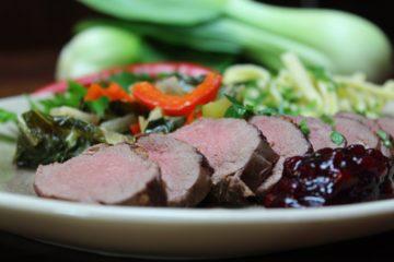 Gebratener Rehrücken mit Pak Choi Gemüse - die frau am grill
