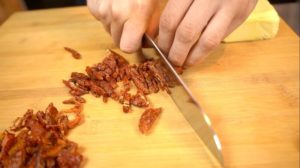 Getrocknete Tomaten klein schneiden - die frau am grill - chefsstuff