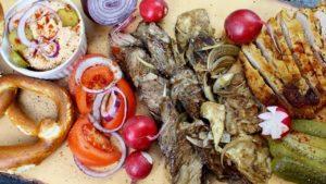 Grillfleisch haltbar machen - die frau am grill