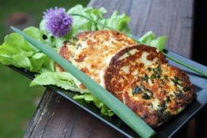 Grillkäse selber machen-Paneer Käse-Beitragsbild-die frau am grill