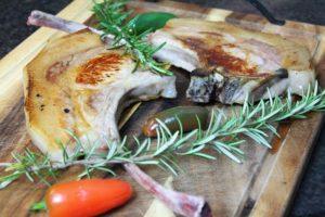 Iberico Schwein tomahawk - die frau am grill