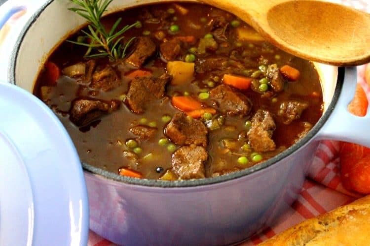 Irish Stew-aus dem Dutch oven für die kalte Jahreszeit-Die Frau am Grill-Video Rezept