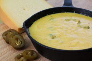 Käse-Dip-Käse-Soße-Rezept-Fondue-Die-Frau-am-Grill-Tortilla-Chips-Burger-Beitragsbild-web