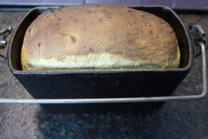 Kartoffelbrot-grill-Rezept-Backform-die frau am grill-web