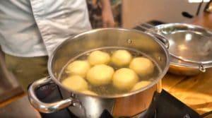 Kartoffelknödel aufkochen und garziehen - die frau am grill -simon engelberger