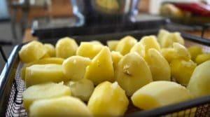 Kartoffeln dampfen aus - die frau am grill - simon engelberger