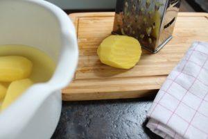 Kartoffeln reiben für Kartoffelpuffer - die frau am grill