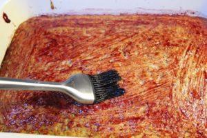 Kuchen mit Marmelade bestreichen