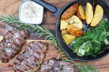 Lammkoteletts grillen - die frau am grill
