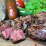 New York Strips grillen - die frau am grill