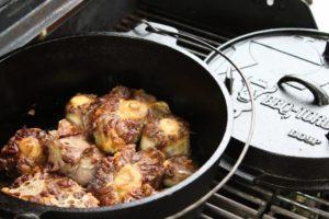 Ochsenschwanzsuppe-Ochsenschwanz anbraten-die frau am grill