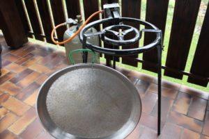 Paella Brenner - die frau am grill