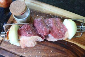 Picanha Rezept-auf dem Spiess gesalzen-die frau am grill-web