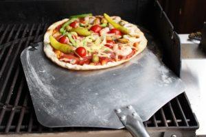 Pizza Rezept-Pizzaschaufel-die frau am grill-web