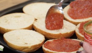 TomatenSoße auf Brötchen-juana hubl-die frau am grill-web