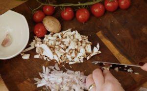 Pizzabrötchen-Zutaten klein schneiden-juana hubl-die frau am grill-web