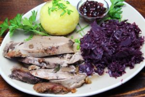Rehkeule mit Kartoffelknödel und Blaukraut - die frau am grill