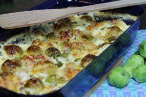 Rosenkohlauflauf mit Speck Kartoffeln und Käse überbacken - die frau am grill