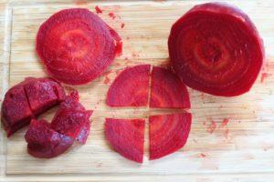 Rote Bete schneiden - die frau am grill