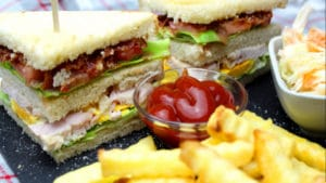 Smocked Chicken Double Decker Sandwich-Die Frau am Grill-Grill Rezept-Rezept Video