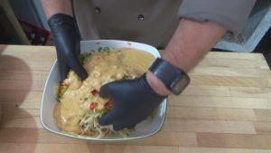 Spaghettisalat-Zutaten vermengen-Jan Hendrick Grant-die frau am grill-web