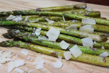 Spargel grillen Rezept-die frau am grill