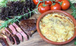 Entrecote mit Kartoffelgratin-Gemüse-Tomaten-Rosmarin-die frau am grill-web