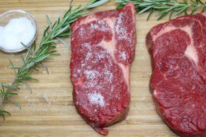 Fleisch salzen-die frau am grill-web