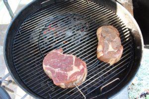 Steaks in indirekter Hitze auf Kugelgrill - die frau am grill