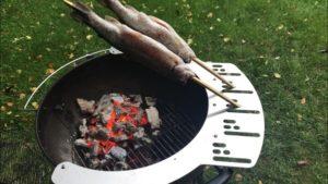 Steckerfisch auf Kugelgrill - Steckerlfisch halterung - die frau am grill