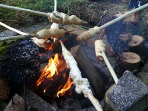 Stockbrot über Feuer-die frau amgrill-Depositphotos_25698239_xl-2015